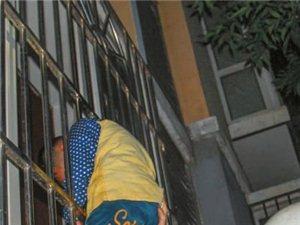 5岁男童翻窗找母亲头被卡住