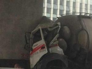 河北大街中段发生惊人一幕,罐车撞到桥柱上,真是危险