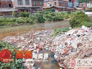 连城县庙前镇芷溪河成了废弃物处理场