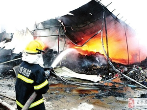 汉川一布料加工厂房发大火