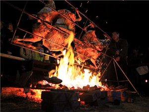 全羊盛宴篝火狂欢户外露营徒步登山寻宝赏秋摇滚晚会畅游景区