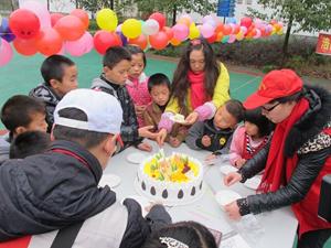 澳门威尼斯人官网马武外坝村留守儿童过集体生日及游园活动