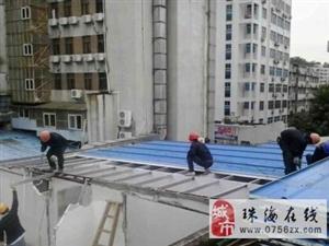 香洲区局拱北中队组织清拆工人,依法对侨岭街一巷二号楼顶违法建筑进行清拆