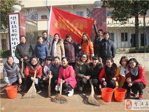 长岭中心学校青年志愿者 开展尊老敬老服务活动