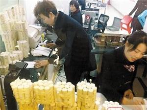 女子抬10万零钞到银行存钱 30员工用4小时清点