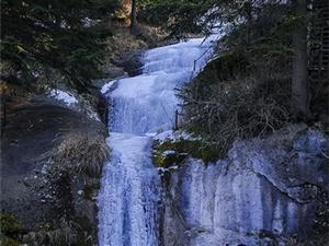 纯白的固体小溪和瀑布,美的像圣女一样的纯洁。