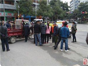 酉阳街心花园转盘又出事了,�潘靠梢阅嫦�,但是摩托车就不要逆行了!!!!