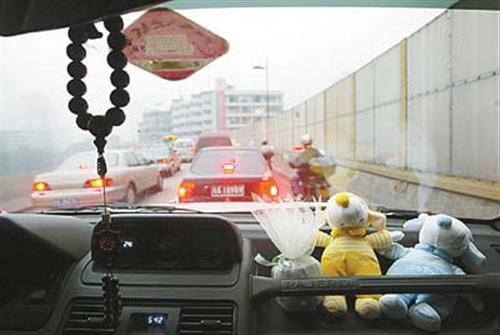 司机朋友请注意:车上挂饰品罚款20至200!