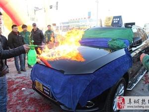 汽车上燃起熊熊烈火,澳门地下赌场娱乐百车汇这是在搞什么?(图)