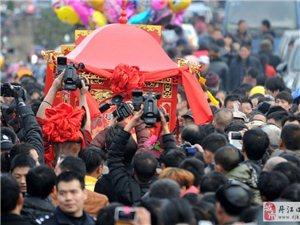 农户办复古婚礼引3万村民围观 警车维持秩序