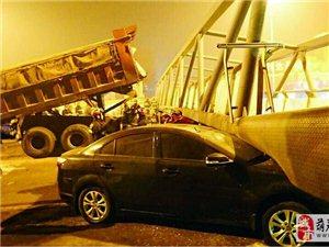 翻斗车撞塌天桥驾驶室被拍扁 司机不幸身亡