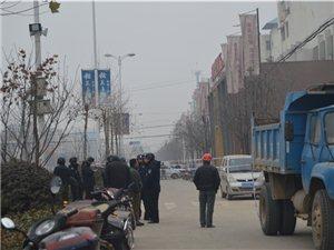 1月14日潢川老武装部尾楼今天拆了,武装战士亲自护卫路人安全