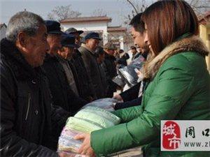中国公益事业联盟志愿者为扶沟县老人发放物品