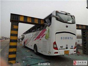 天津大巴车撞上限高杆