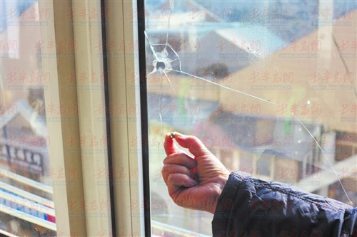 李沧京口一支路居民家玻璃两遭人袭;楼门锁被灌胶