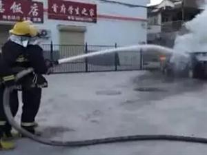 淮北小轿车自燃烧成空壳司机不知去向