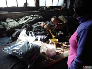 我县红星志愿者服务队11月1日看望孤寡老人并包饺子!
