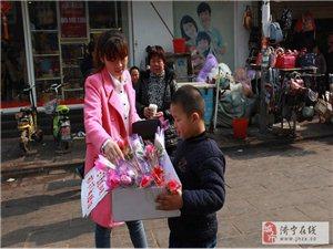 八岁男孩街头卖花 救姐姐