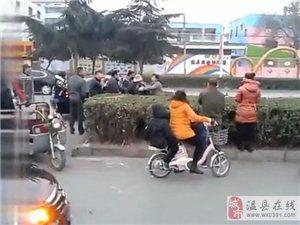 葡京网站平台牛逼女司机当街对拾破烂老人辱骂拳打脚踢