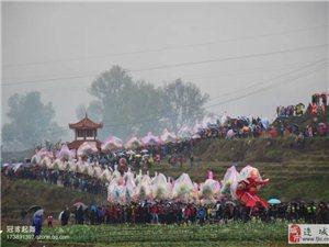 连城县姑田镇冒雨游龙闹元宵,龙也穿着雨衣游行。