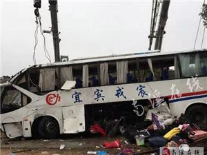 南溪-浙江的大巴在高速路上翻�了2人死亡40多人受��