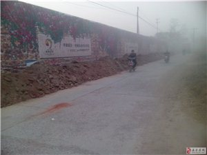 葡京网站平台城南华豫溪谷前西关4街路乱堆土污染环境