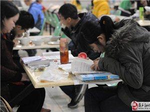 高校食堂变自习室 边学边吃成三点一线