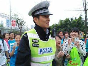 疯狂!!交警因太帅引发交通混乱,遭众妹子围堵!