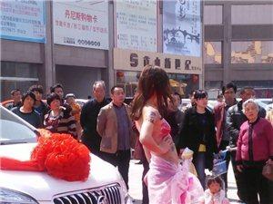 美女人体彩绘车展在襄县丹尼斯广场上演,赶快来看……