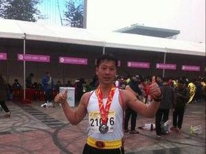 溧水一位年近五旬的市民跑马拉松长达20余年