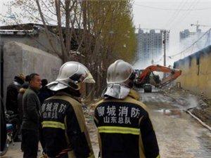 聊城一家具厂着火厂房坍塌十余辆消防车救援