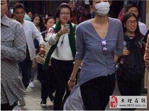 王菲携女儿李嫣逛大理引众人围观