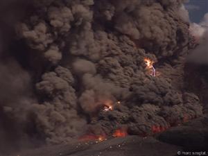 德摄影师抓拍令人窒息火山雷暴