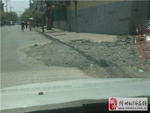 楼都拆了一个月呀,路上的垃圾也不管,本来路就不宽,又是十字路口