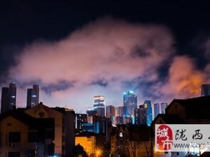 青岛上空出现平流雾,似五彩祥云
