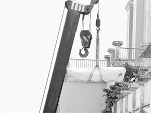 红木家具故事之罗汉床进家门用塔吊