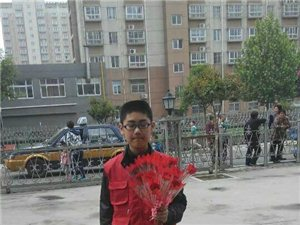 青年志愿 孝心在五月 鲜花送母亲