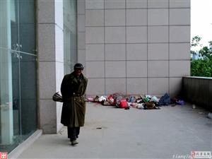 家安大剧院门西露天平台的流浪汉该由谁来救助?