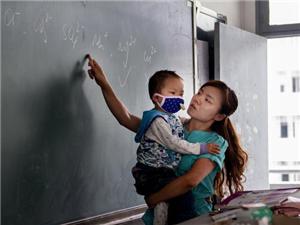 老师抱白血病儿给学生上课续:4天收捐款230万