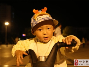 金沙网站2岁少年公园开摩托车