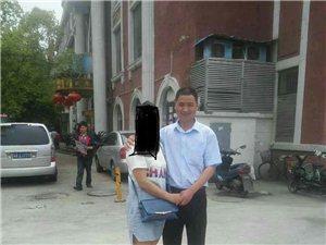 亲~帮我找一下他;他身后背景建筑物是哪里?