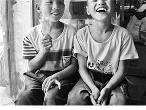 新乡双胞胎兄弟饿晕路边身上有伤疤不愿说话