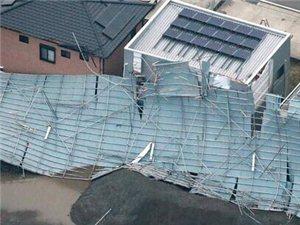 强风袭击日本伊势崎市现场屋顶被掀居民断电