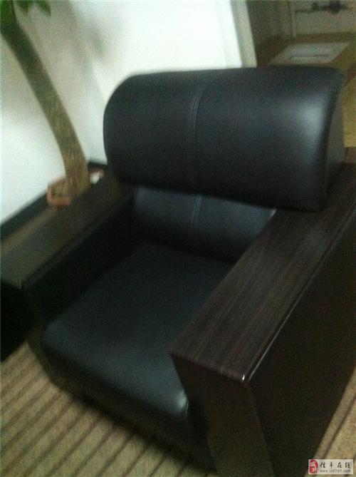出售9成新沙发一套,老板桌、凳一套