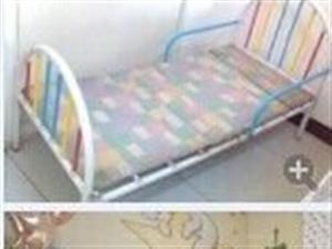 上下两用床和一张婴幼儿床