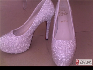 半价出售时尚高跟鞋一双。