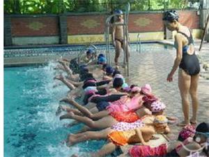 私教包学会。专业持证游泳教练