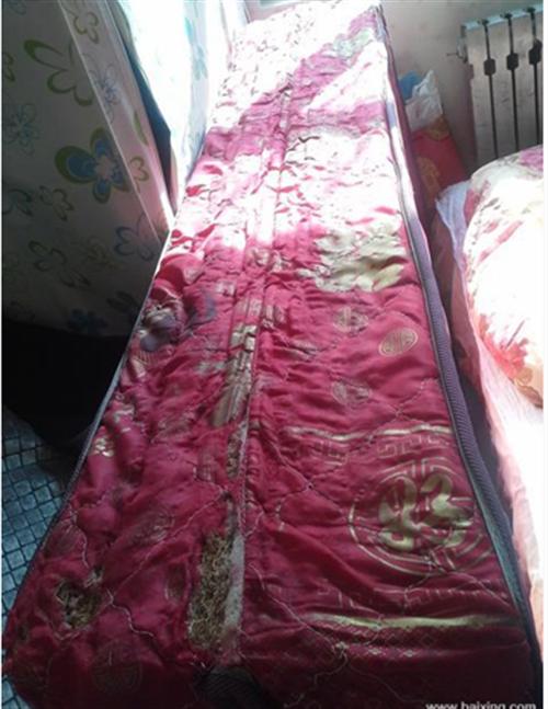 叠双人床垫,一米8乘2米。叠的地方有点破事损