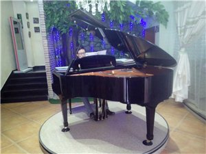 钢琴师在演奏