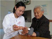 保健医生每天为老人量血压